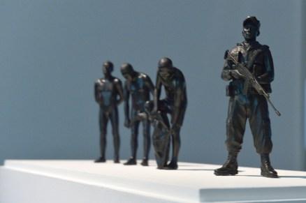 "Fernando Arias, ""Humanos derechos"", 2010. Installation : sculptures en métal, vidéo. ©AnnéeFranceColombieT Chapotot 2017"