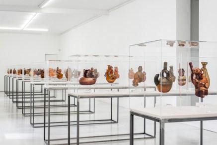 Sandra Gamarra, Rojo Indio. Vista de la instalación en la Galería Juana de Aizpuru, febrero 2018. Foto: Oak Taylor-Smith. Imagen cortesía de la Galería Juana de Aizpuru
