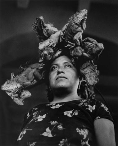 Graciela Iturbide, La señora de las iguanas. Imagen cortesía del Centro de Arte Alcobendas