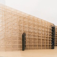 Jorge Macchi, Vanitas 01, 2018. Estructura de madera, 3 libros, vela. 138 x 73 x 146 cm. Cortesía GALLERIA CONTINUA, San Gimignano / Beijing / Les Moulins / Habana. Foto: Ela Bialkowska, OKNO Studio