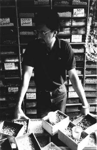 Michel Nedjar, Retrato de Teo Hernández en el almacén donde trabajaba en el Mercado Malik. Fondo Teo Hernández, Centro Pompidou/MNAM/CCI - Biblioteca Kandinsky
