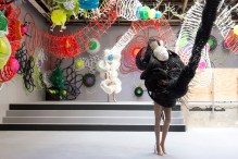 Leeroy New, Aliens of Manila: Balete Colony, 2019, recipients divers en plastique, tubes industriels, lanières en fibre de verre, attaches de câble, équipement de laboratoire Cortesía de l'artiste. Vista de la exposición «Prince-sse-s des villes», Palais de Tokyo (21.06 – 08.09.2019). Foto: Marc Domage