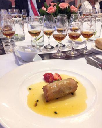 El primero de esta comida de 7 tiempos; rollito de pato con salsa de maracuyá, acompañando a Jura Origin