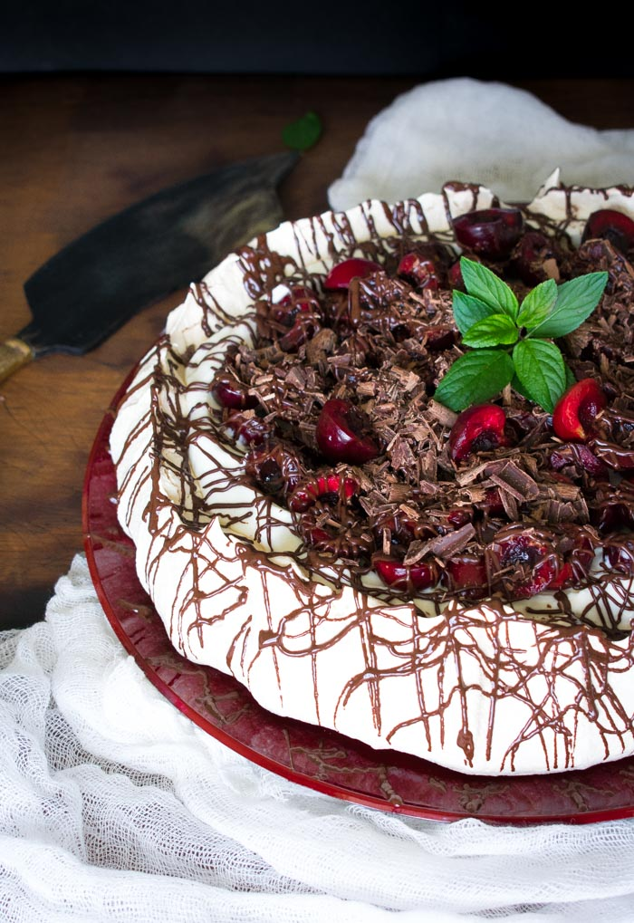 pavlova selva negra, merengue con chocolate y cerezas