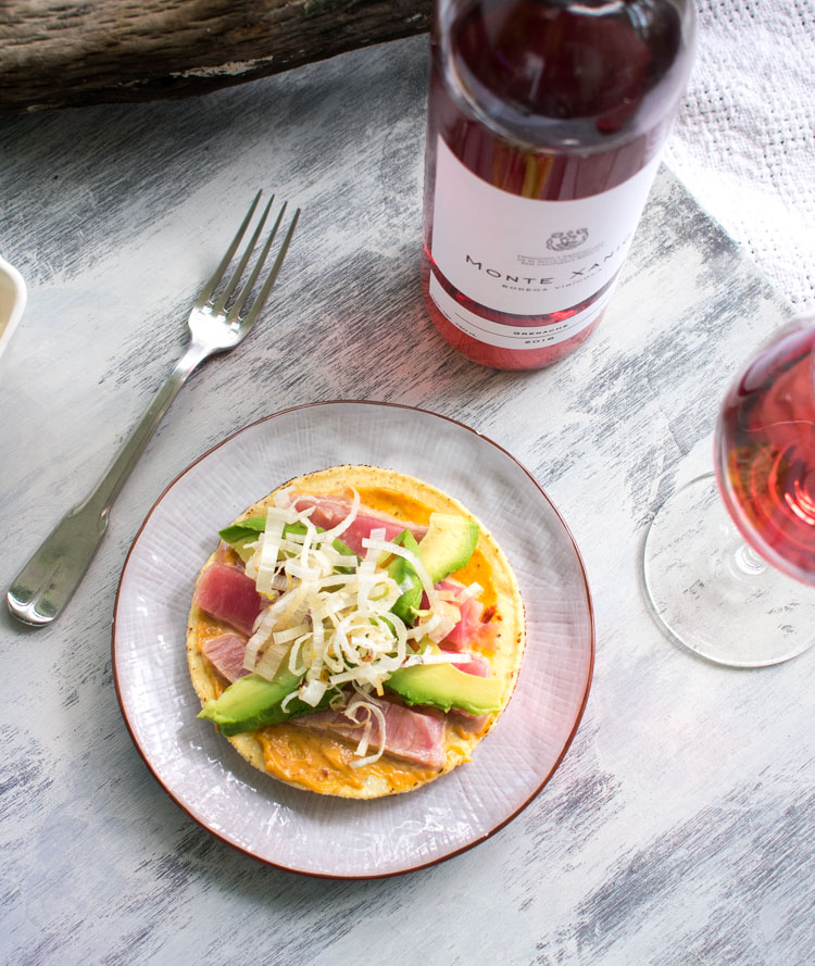 Tostadas de atún con mayonesa spicy, platillos de verano y su maridaje en revista Maria Orsini