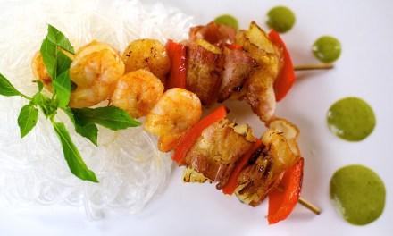 Brochetas de camarón y cebolla amarilla envuelta en tocino