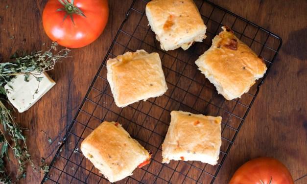 Bollitos de jitomate con queso y albahaca