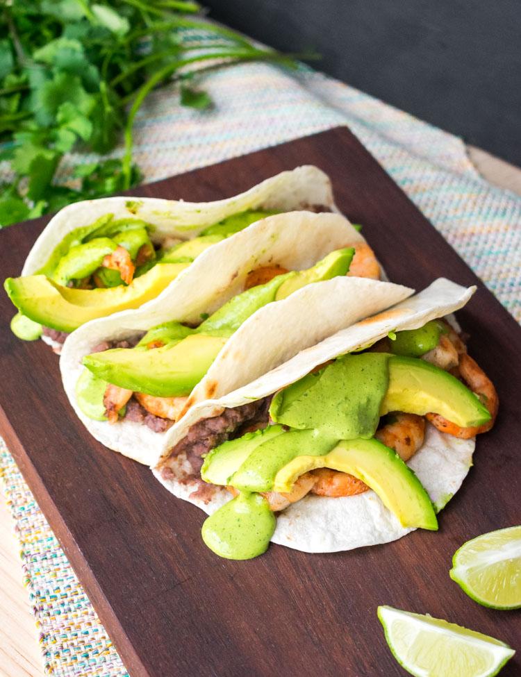 Tacos de camaron con mayonesa picante de cilantro