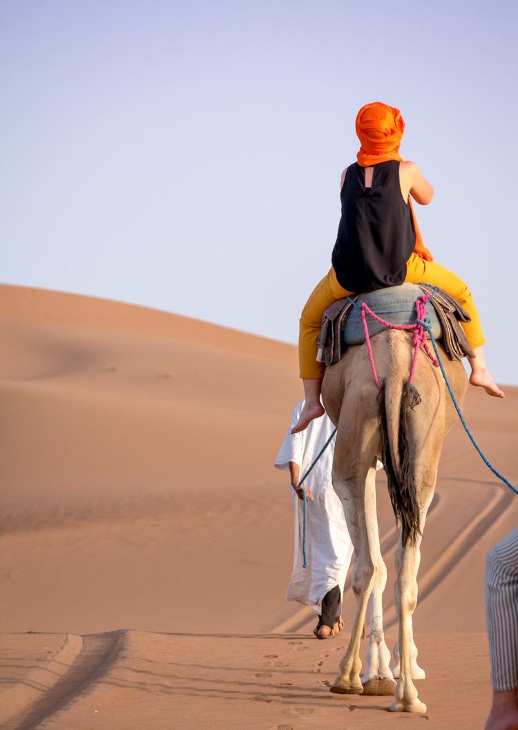 desierto del sahara, marruecos, montando a camello