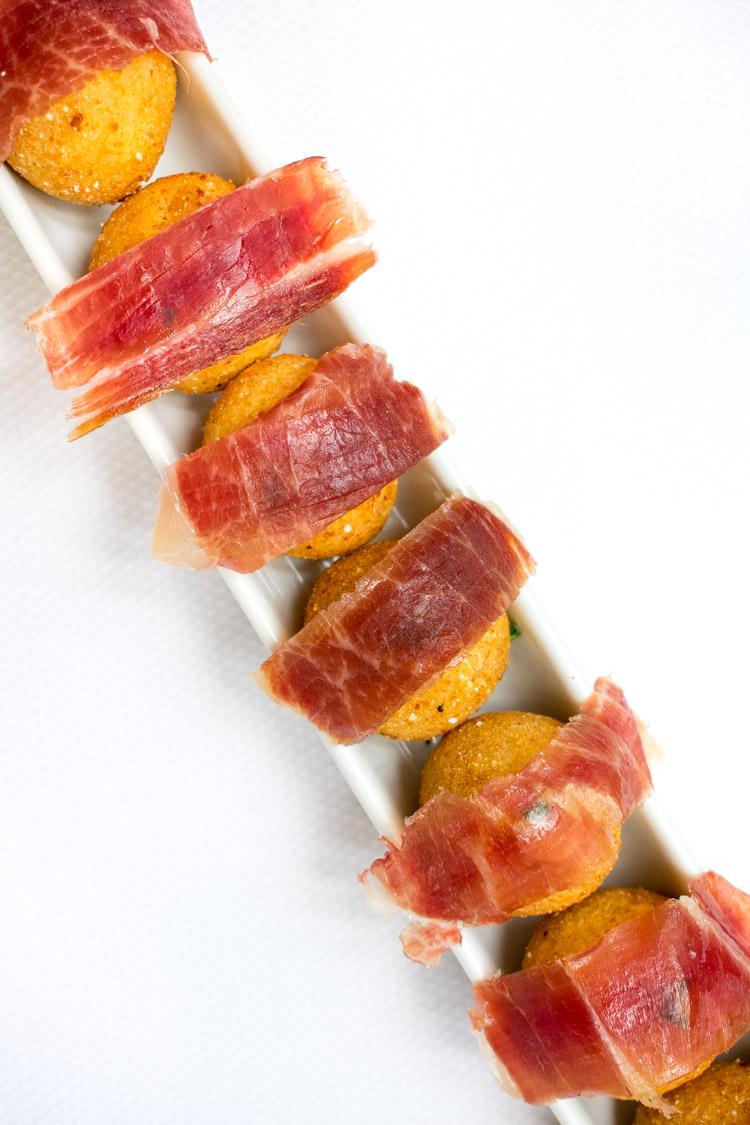 Restaurante Blanco Bistro Arcos Bosques, croquetas de jamon