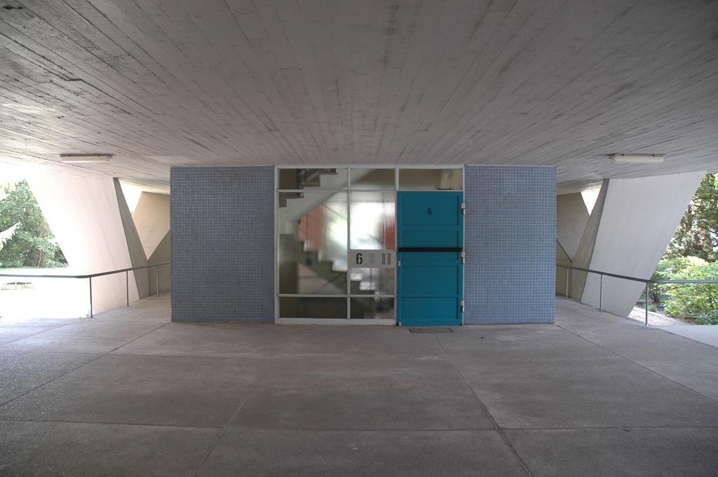 Interbau Edifício de Apartamentos (Oscar Niemeyer, Berlin-Tiergarten, 1957). Pormenor do acesso da prumada. Foto - Joana França, 2006