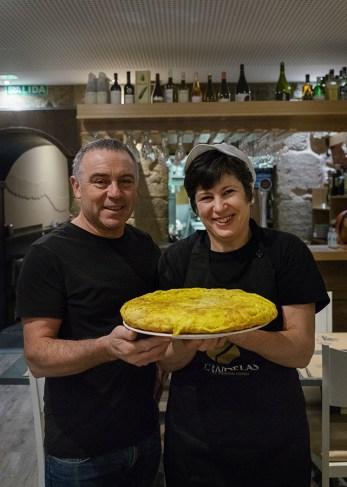 José e Tina, cunha das súas tortillas recén feitas. Foto: Iván Barreiro