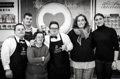 Álex, Fran e Pamela con Aloia e os profesores de Cafento. Foto: Iván Barreiro