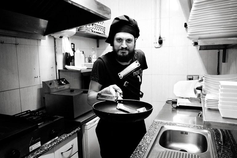 Figui, na cociña do Mou's Bar. Foto: Iván Barreiro