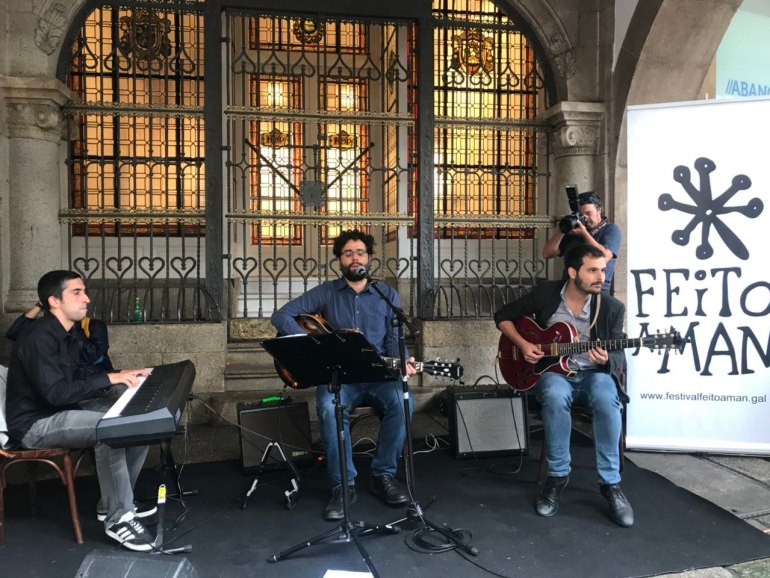 Na presentación do Feito a Man 2018 actuou o trío compostelán Handle with Swing. Foto: Concello