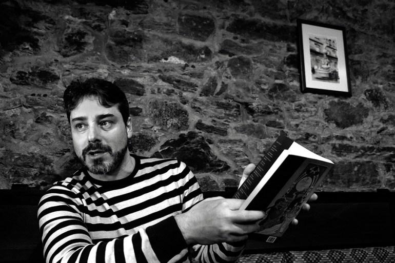 O editor Fernando Cimadevila, na cafetería Agarimo. Foto: Iván Barreiro