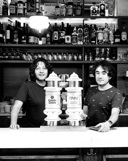 Andrés e Fran, na barra do Flamingo. Foto: Iván Barrieiro