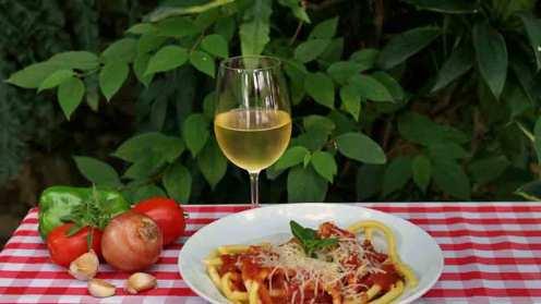 De culinária italiana, o restaurante Tia Lina, localizado no km 10 da Estrada do Vinho, é tradicional na história da cidade Divulgação