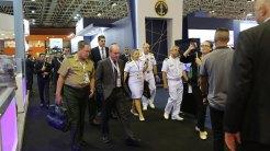 Ministro da Defesa, Fernando Azevedo e Silva, durante visita aos estandes da Marinha do Brasil.