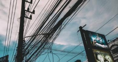 Por que existem tantos fios e cabos nos postes?