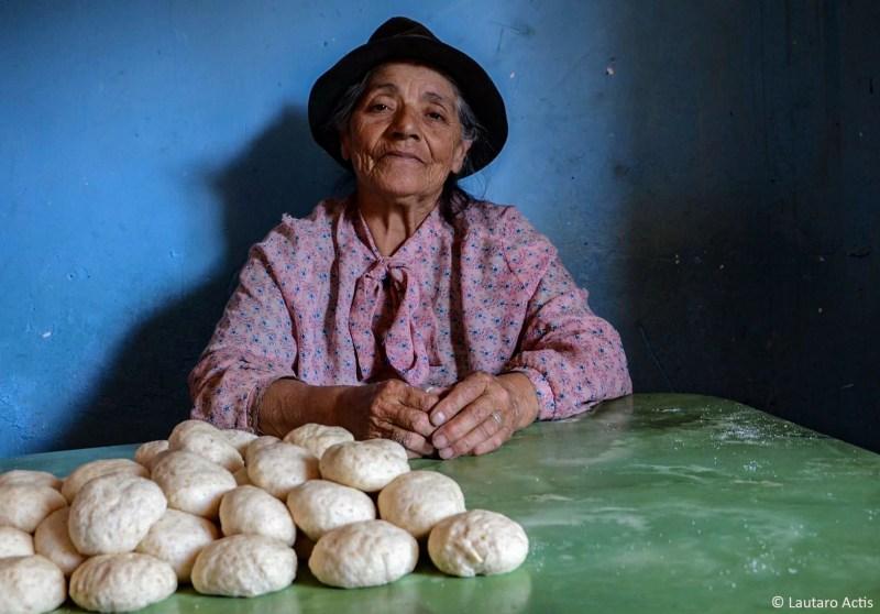 Doña Hirma haciendo pan casero para vender ©