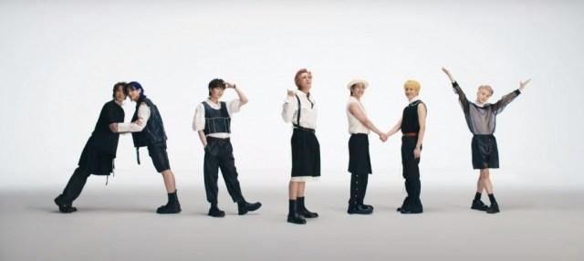 Jin, Jungkook, Suga, Rm, V, JHope, Jimin, formando la palabra ARMY en el Mv de Butter.