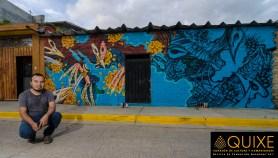 Jhonnie Daners, posa para nosotros mientras terminaba su mural en Xoxocotlán, Oaxaca.