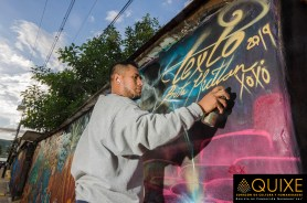 Txtz Art firmando su obra mural en Xoxocotlán.