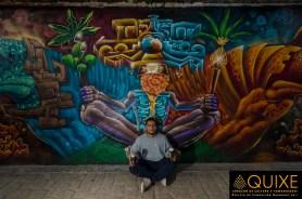 Txtz Art poso para nosotros, sentado como el personaje que creó para su mural.