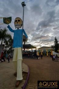 """Al maestro Francisco Toledo se le homejaneó con un gran """"mono de Calenda"""", en el parque frontal del panteón."""