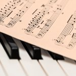 https://pixabay.com/es/photos/piano-partitura-hoja-de-m%C3%BAsica-1655558/#_=_