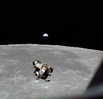Fotografía del Eagle y al fondo Tierra, tomada por Michael Collins desde el Columbia. Vía Wikimedia Commons
