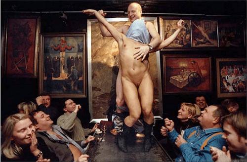 "© Sergey Maximishin, ""Office workers of a bank celebrate a colleague birthday"", San Petersburgo, Rusia, marzo de 2001."