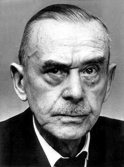 El novelista Thomas Mann y los torsos de albañiles