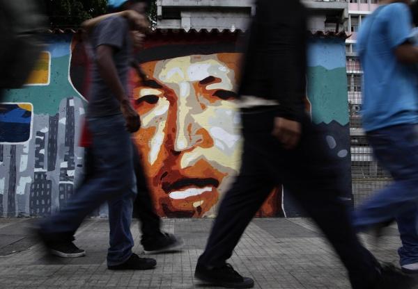 Mural con la imagen de Chávez © Ariana Cubillos / AP