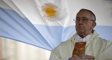 El cardenal Jorge Bergoglio de Argentina da una misa en la que fuera la iglesia de San Cayetano en Buenos Aires, en 2009. Es el sucesor de Benedicto XVI y se hará llamar Francisco. Foto © Gtres.