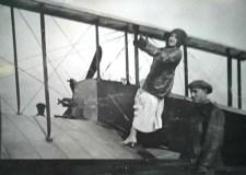 La actriz Mimí Derba posando en un aeroplano.