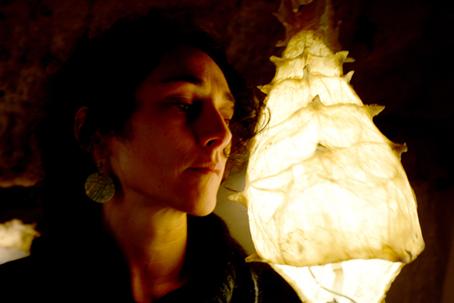 La artista y la instalación Nautilus.