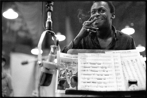 Miles Davis en Nueva York, 1958. Foto © Don Hunstein.