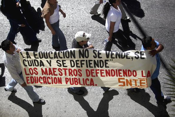 Contra la reforma educativa. Marcha en Orizaba, Ver., 25 de febrero de 2013. Foto Félix Márquez / Cuartoscuro.