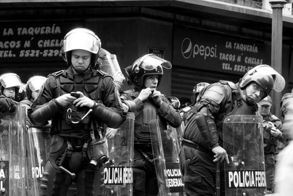 """Un rato para chatear entre la """"represión"""". Foto © Canek Sánchez."""
