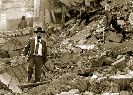 El atentado terrorista a la Asociación Mutualista Israelita Argentina de Buenos Aires, el 18 de julio de 1994, dejó un saldo de 85 personas muertas y 300 heridas.