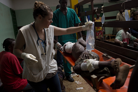 Desde el 5 de diciembre, una ola de violencia se ha extendido a través de Bangui, la capital de la República Centroafricana. MSF ha tratado 280 heridos en el hospital comunitario. Se han realizado más de 60 operaciones quirúrgicas y más de cien personas siguen hospitalizadas. © Camille Lepage/Polaris.