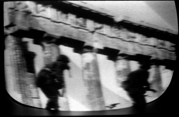 Escena de la guerra de Vietnam en un televisor Steinhoff, ca. 1964.
