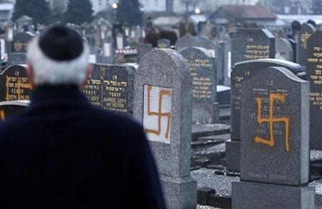 Vandalismo neonazi en un cementerio judío en Francia.