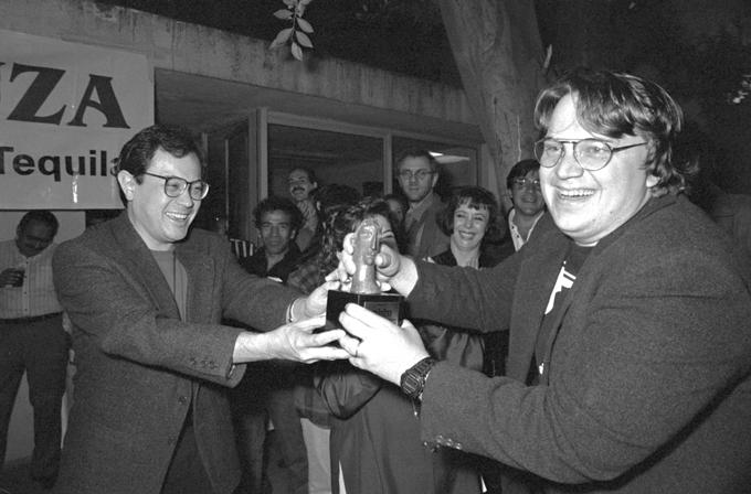 """En la X Muestra de Cine Mexicano en Guadalajara. Guillermo del Toro recibe de manos del crítico, Leonardo García Tsao la estatuilla concedida por la revista Dicine a la película """"Cronos""""."""