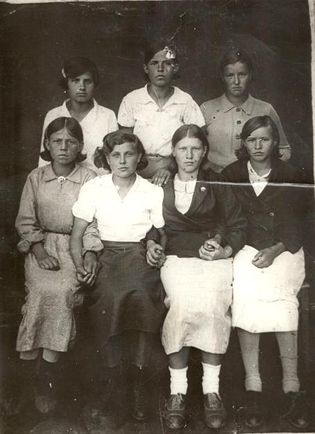 En 1940, Zoya, al centro de camisa blanca y falda negra, con amigas.