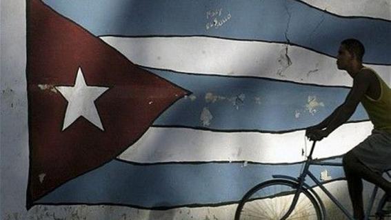 La bandera y el ciclista. Foto de Yusnaby Pérez.