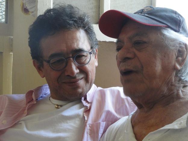 El periodista y dibujante Efrén Maldonado con Tony. Foto © Juan Mascardi.