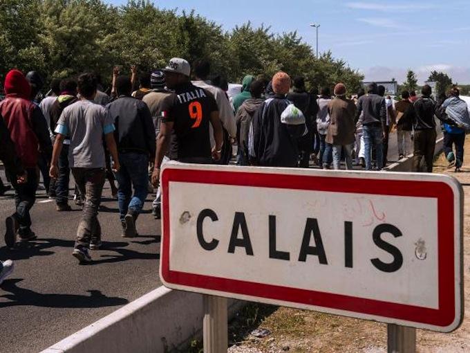 Migrantes caminan hacia Calais, en el norte de Francia. Foto © Getty/The Independent.